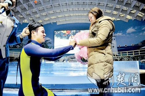 Hubei man proposes to his girlfriend while riding a dolphin