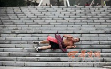 Could falling down the stairs be China's latest fitness fad?