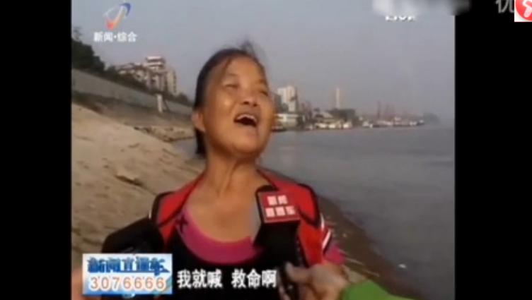 WATCH:Woman downs 2 baijiu bottles, floats down Yangtze