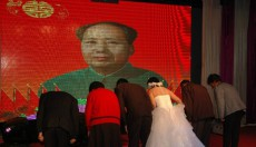 Post-80s graduate school couple hold 'Mao-style wedding' in Shanxi