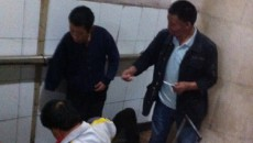 Beijing beggar counts money on subway, takes pictures with iPhone 6