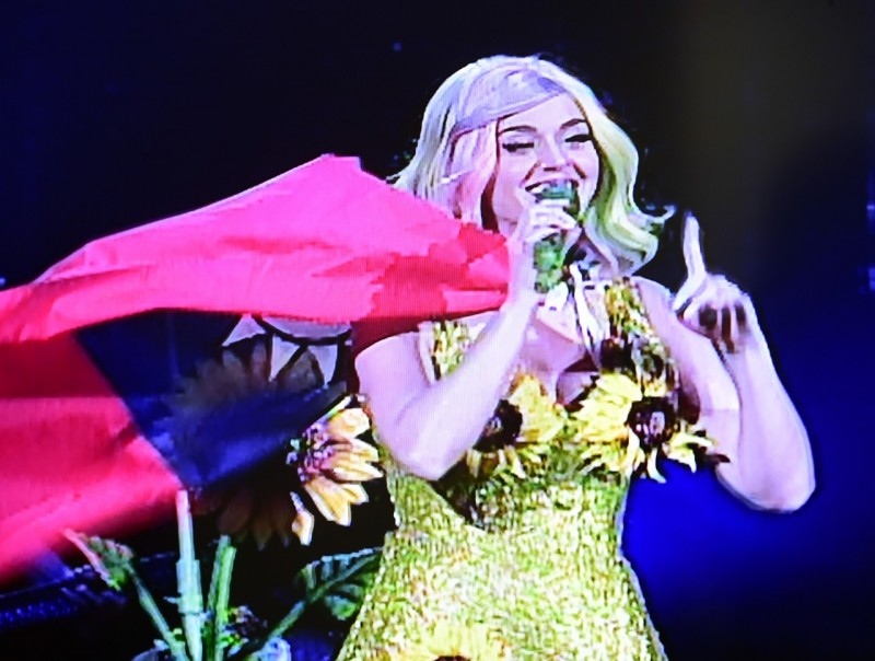 Katy Perry sets stage for China shit storm by donning Taiwan flag and sunflowers