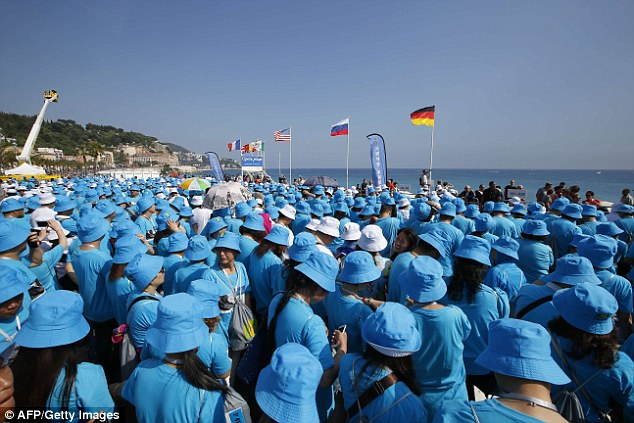 6,400-strong Chinese tour group shatters world records with march on French Riviera